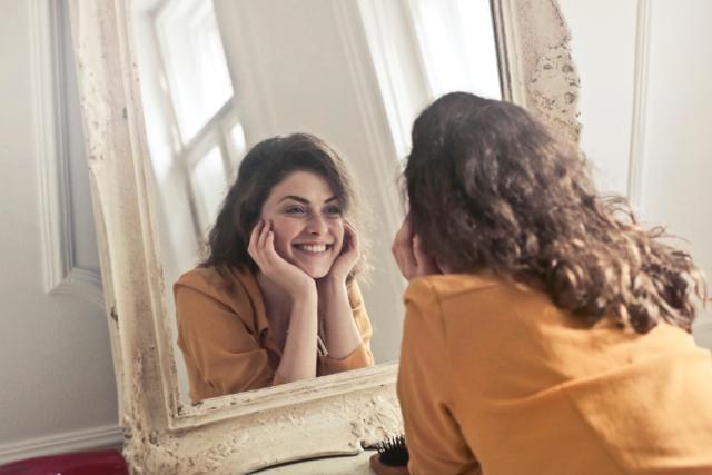 鏡の前でニッコリ