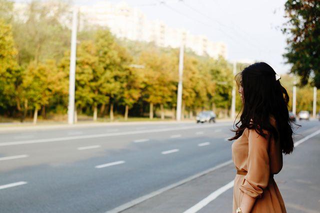 道を見つめる女性