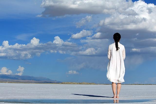 広い空と海と女性
