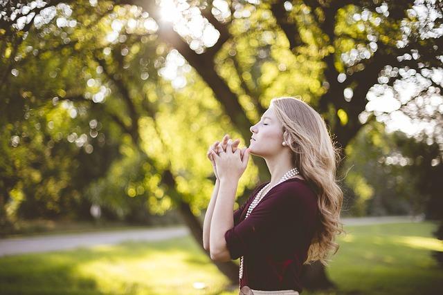 祈りをこめる美女