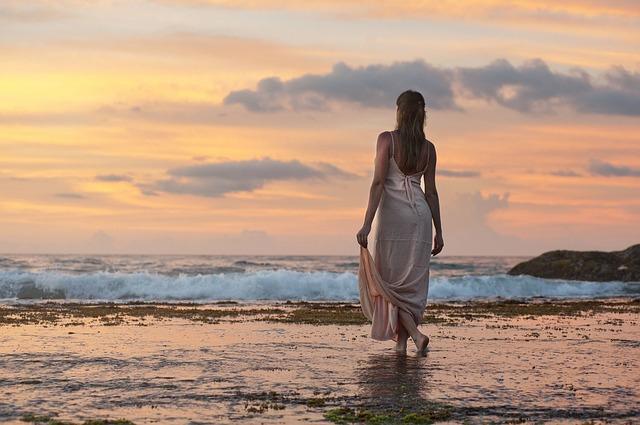夕日を眺める魅惑的な美女
