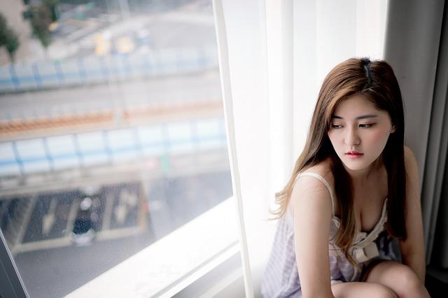 窓の外を見つめる美女