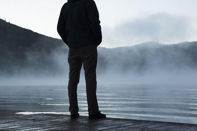 自分の足で立つ男