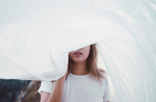 目隠しの女性