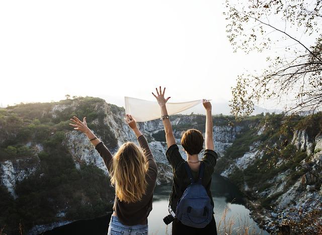 空に向かって手を振る2人