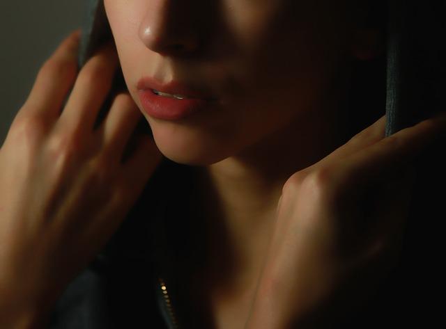 悲しみの女性