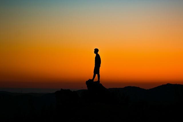 夕日を眺める男