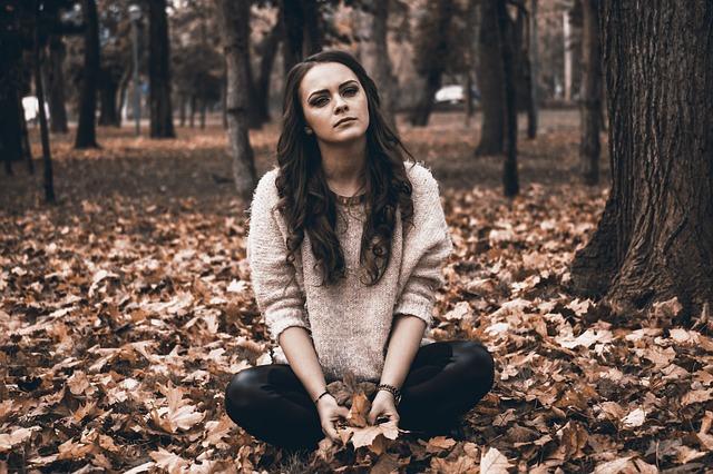 悲しみに沈む女性