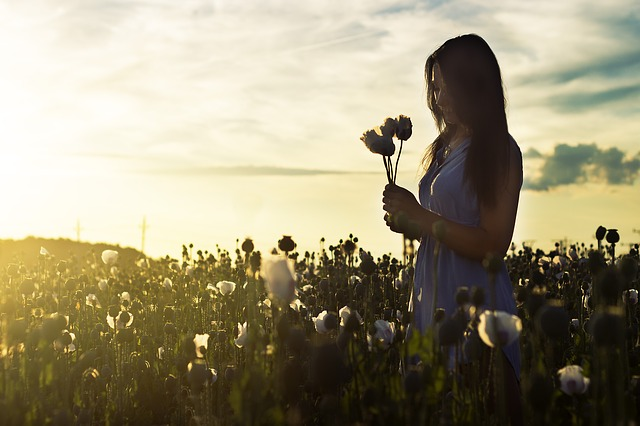 希望の光を信じる女性