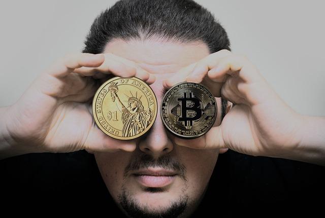 お金を見比べる男