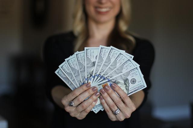 お金に魂を売った女