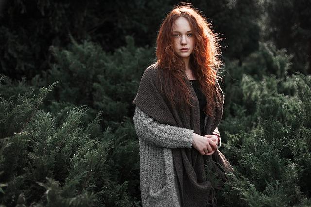 深い森の前に立つ美女