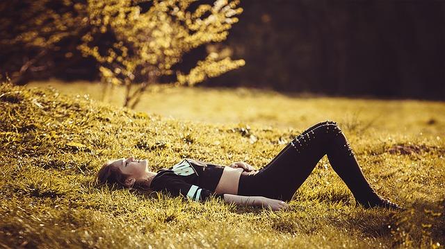 人生に疲れて横になる女性