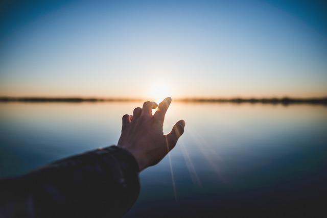希望の光に手をのばす