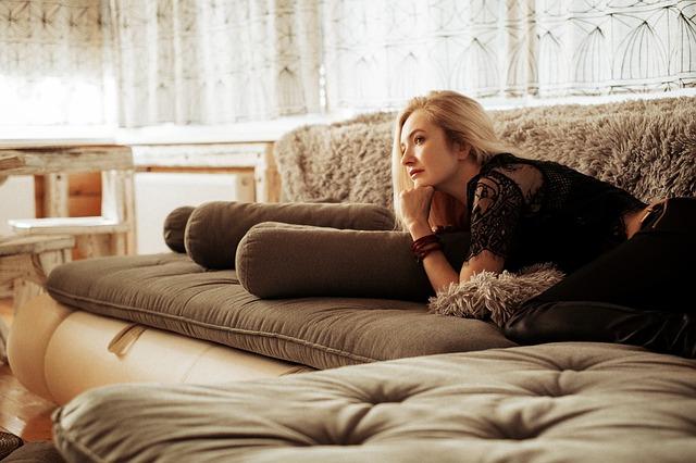 ソファで寝転がり考え事