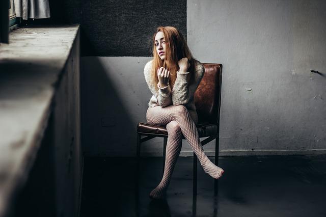 闇を抱える女性