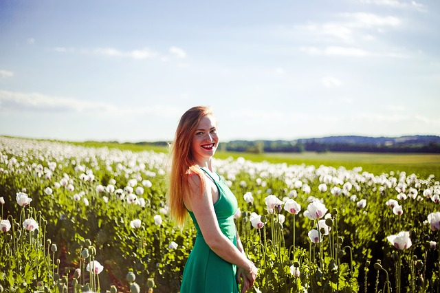美しい花畑と女性