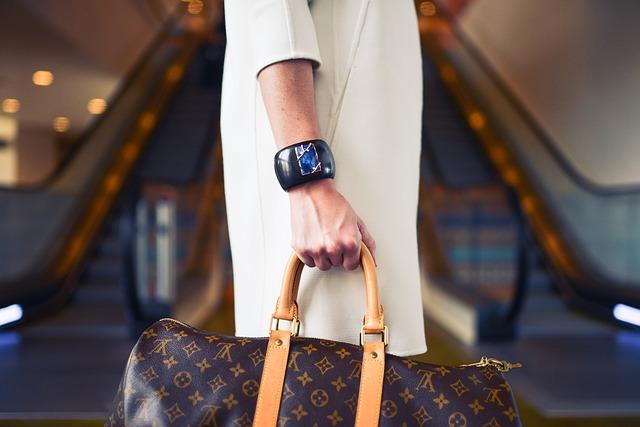 ヴィトンのバッグを持つ女性