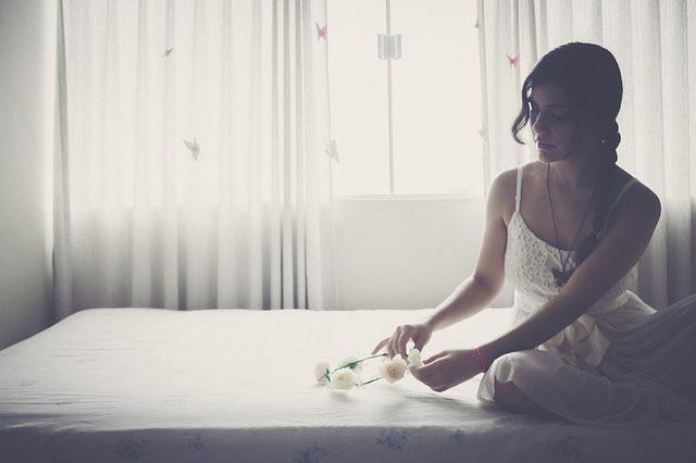 白い服の美しい女性
