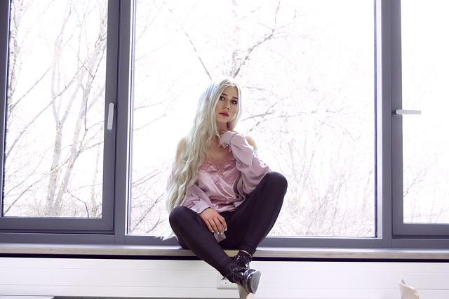 窓の上に座る女性