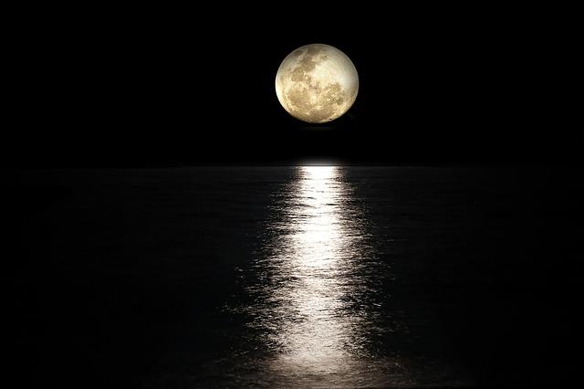 暗闇のなかに映える月の光