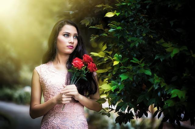 バラの花を持つ女性