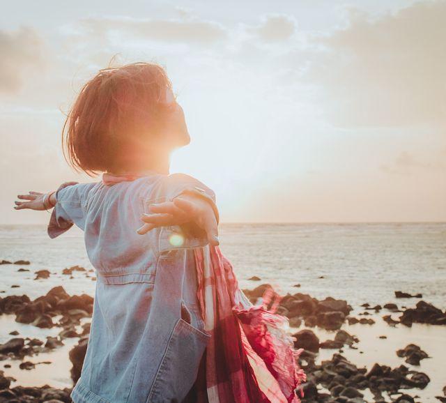 希望の光を全身に浴びる女性