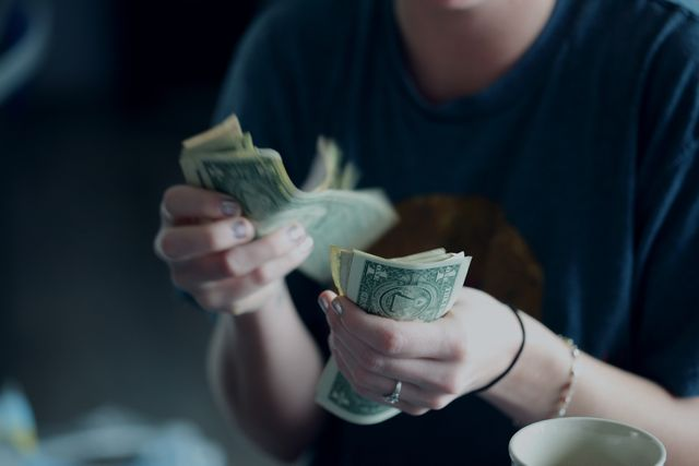 お金をにぎる女性