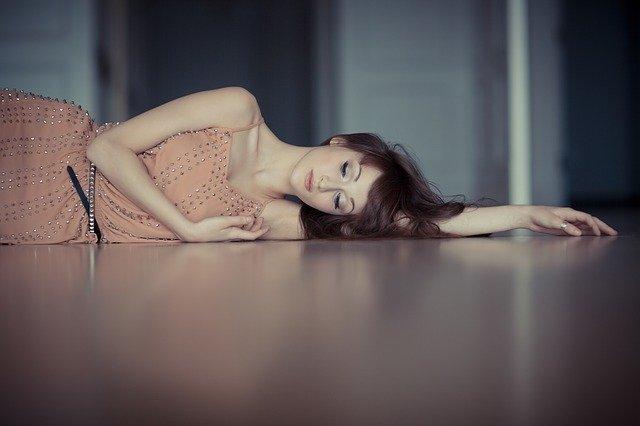 苦しみ横たわる女性