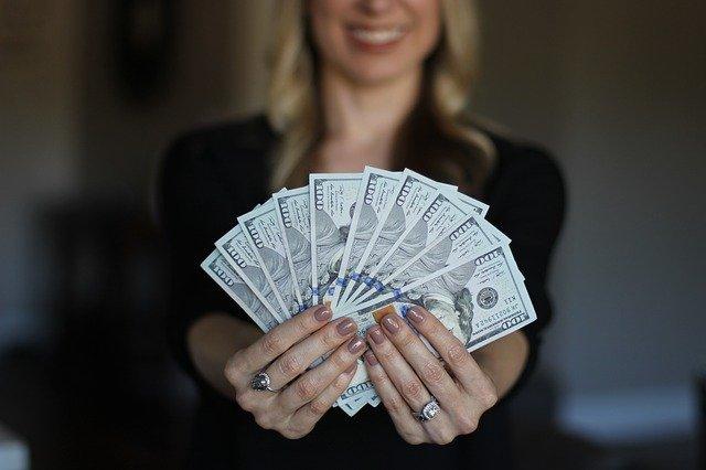 お金を見せびらかす人