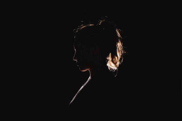 黒い背景と女性